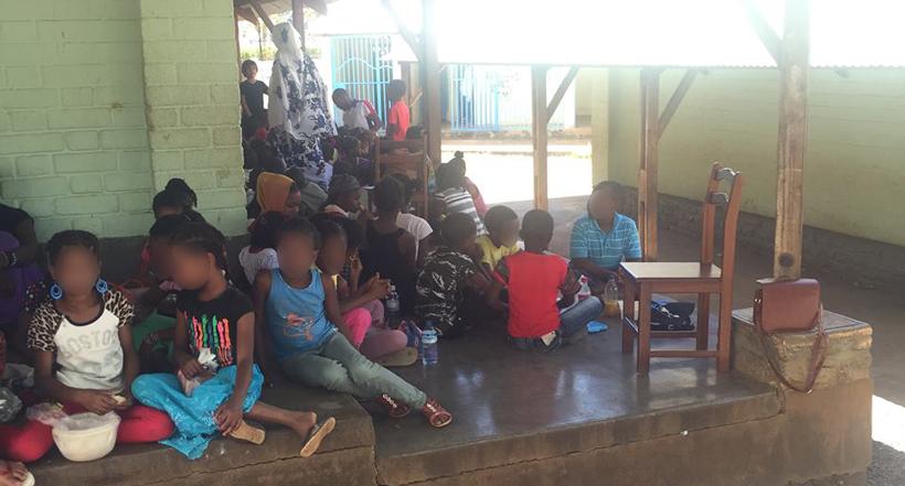 """A l'école de """"Kavani stade"""" les enfants déjeunent dans les couloirs"""