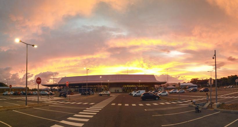 Aéroport de Mayotte : faute de démineurs, la sous-préfète ouvre elle-même un colis suspect