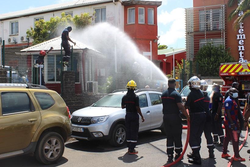 Les pompiers grévistes inondent le conseil départemental