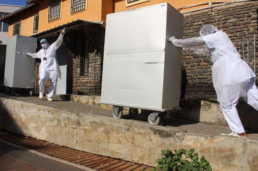 À la lingerie du centre hospitalier de Mayotte, 1.2 tonne de linge sale passe entre leurs mains