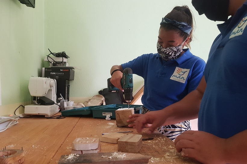 Au coeur de Kawéni, le MAN océan Indien répare bien plus que de vieilles cafetières