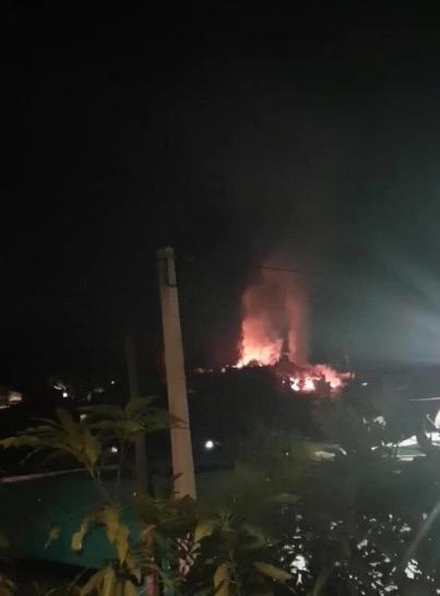 Un quartier en feu à Trévani, Mayotte