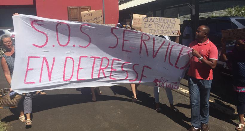 Le personnel des PMI manifeste dans les couloirs du Département